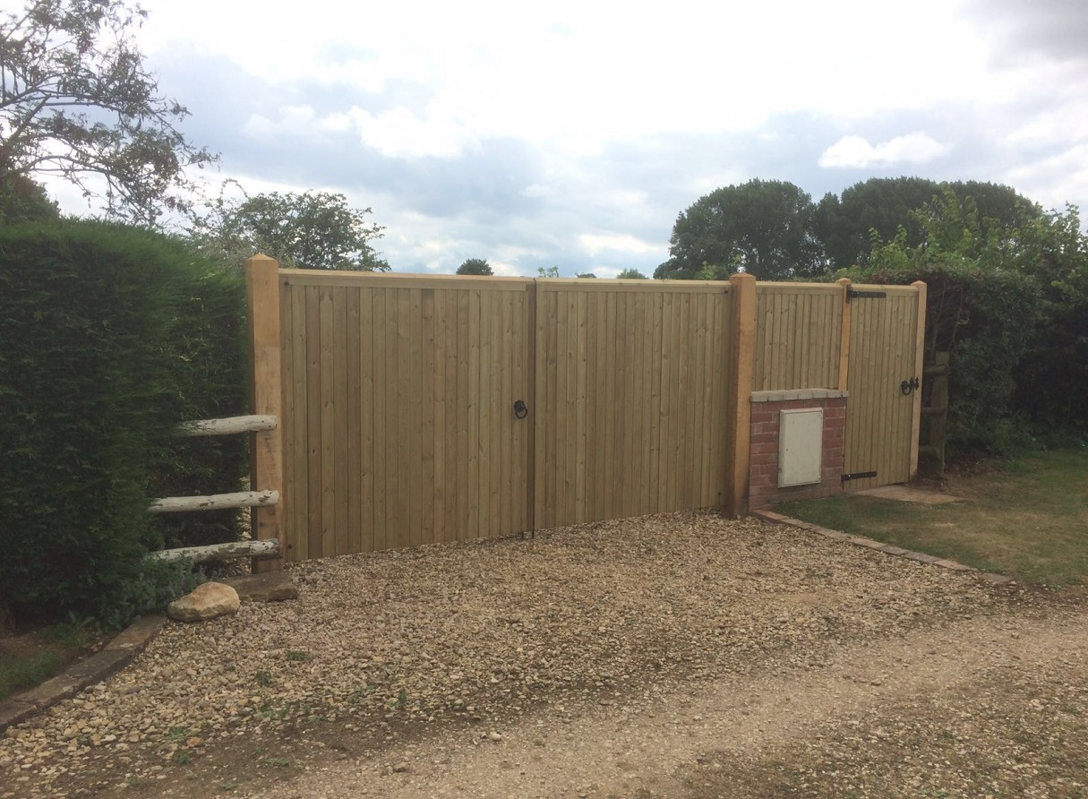 Flat top double wooden driveway gates and matching side gate